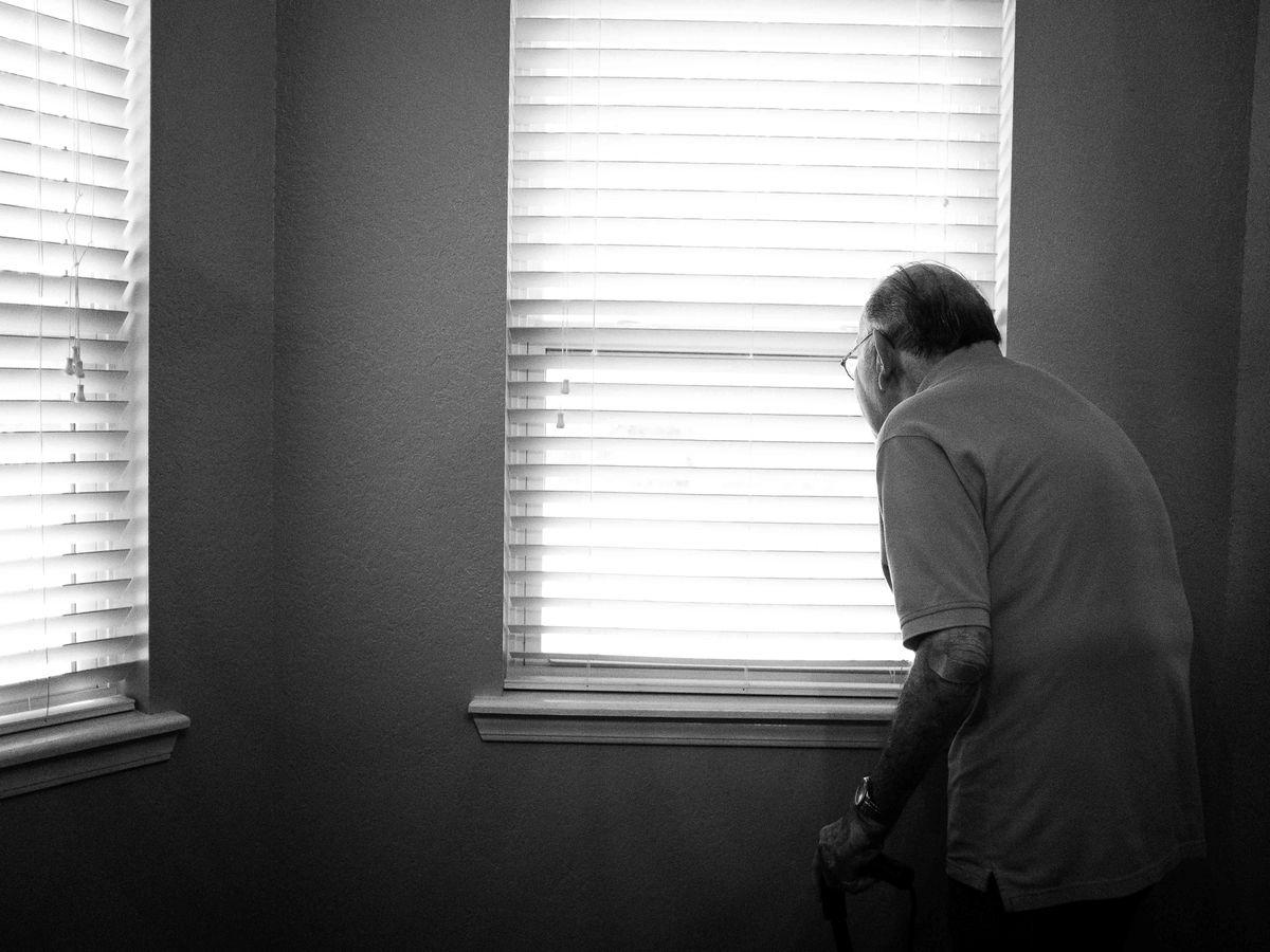 Što odgovoriti osobi s demencijom kada kaže da želi ići kući? 5 tehnika koje vam mogu pomoći pri rješavanju problema