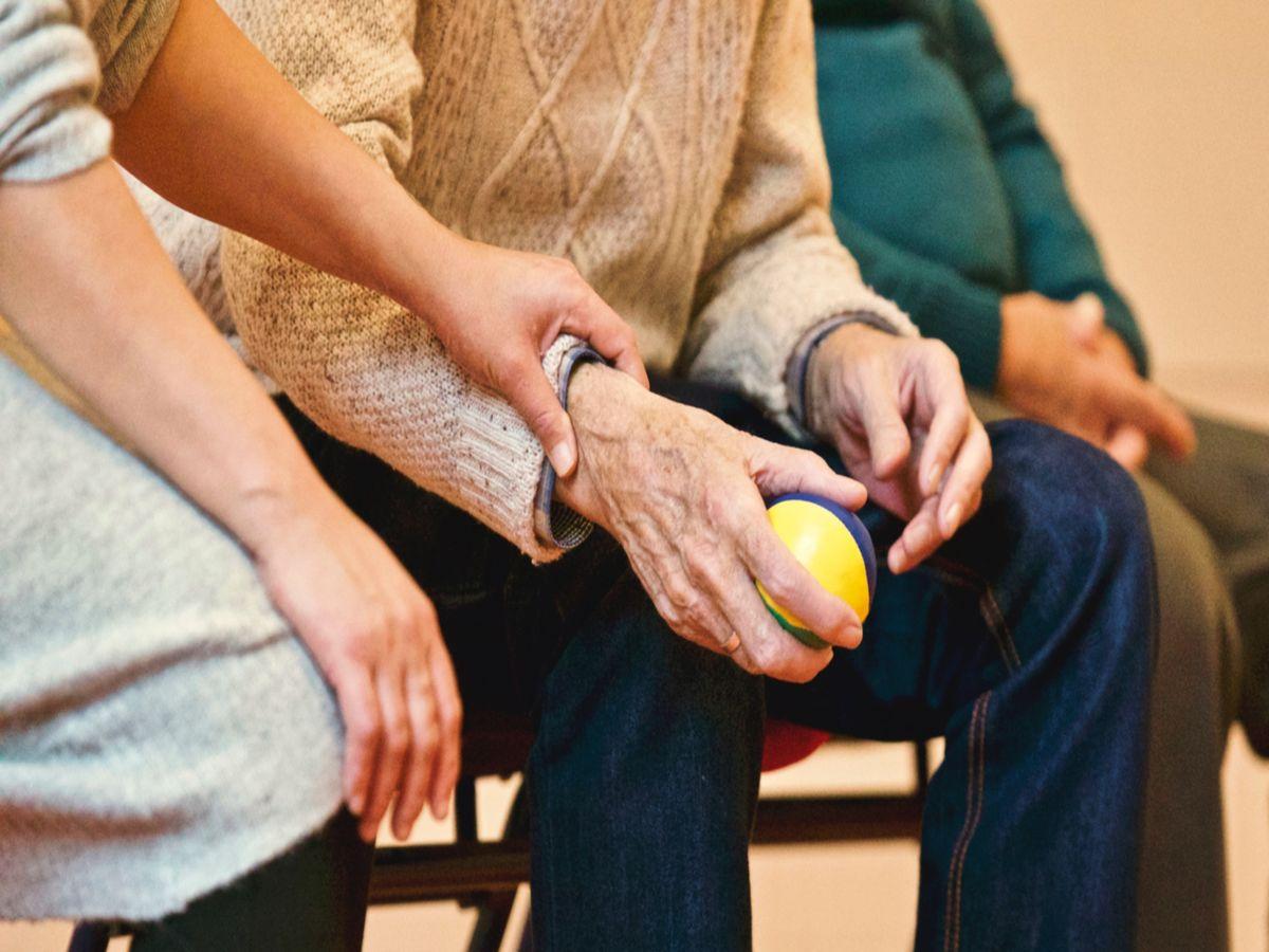 Kako prepoznati demenciju? Opis simptoma u svim fazama bolesti