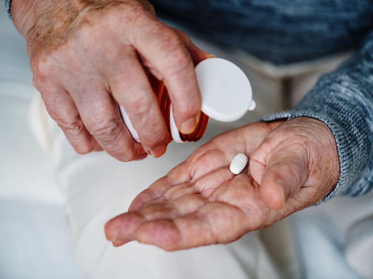 Kako uvjeriti stariju osobu da popije svoj lijek?